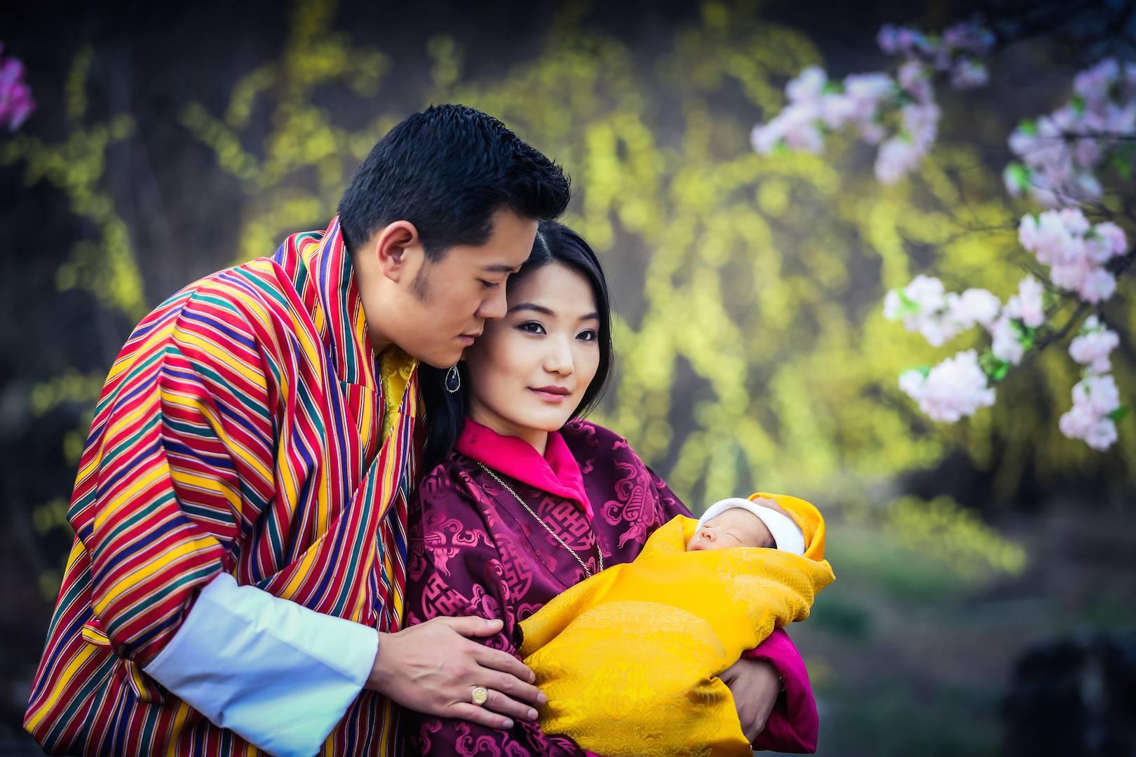 Das Drachenbaby hat ihr Glück perfekt gemacht.  Foto: Royal Office of Bhutan