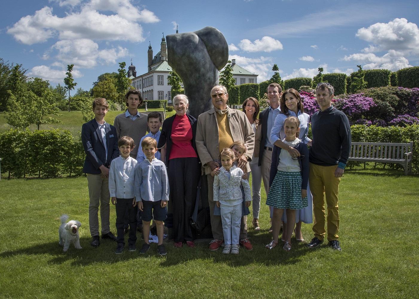 Die dänische Königsfamilie wird sich nun besonders liebevoll um Henrik kümmern   Foto: kongehuset