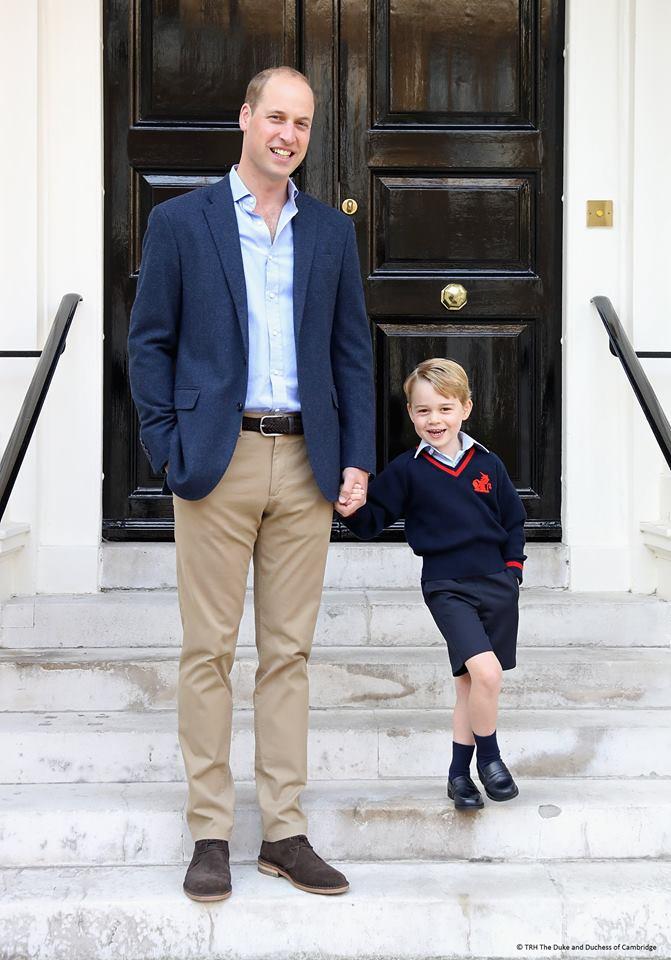 Ob Prinz William wohl auch gerne mit Georges Lieblingsspielzeug spielt?   Foto: The Duke and the Duchess of Cambridge
