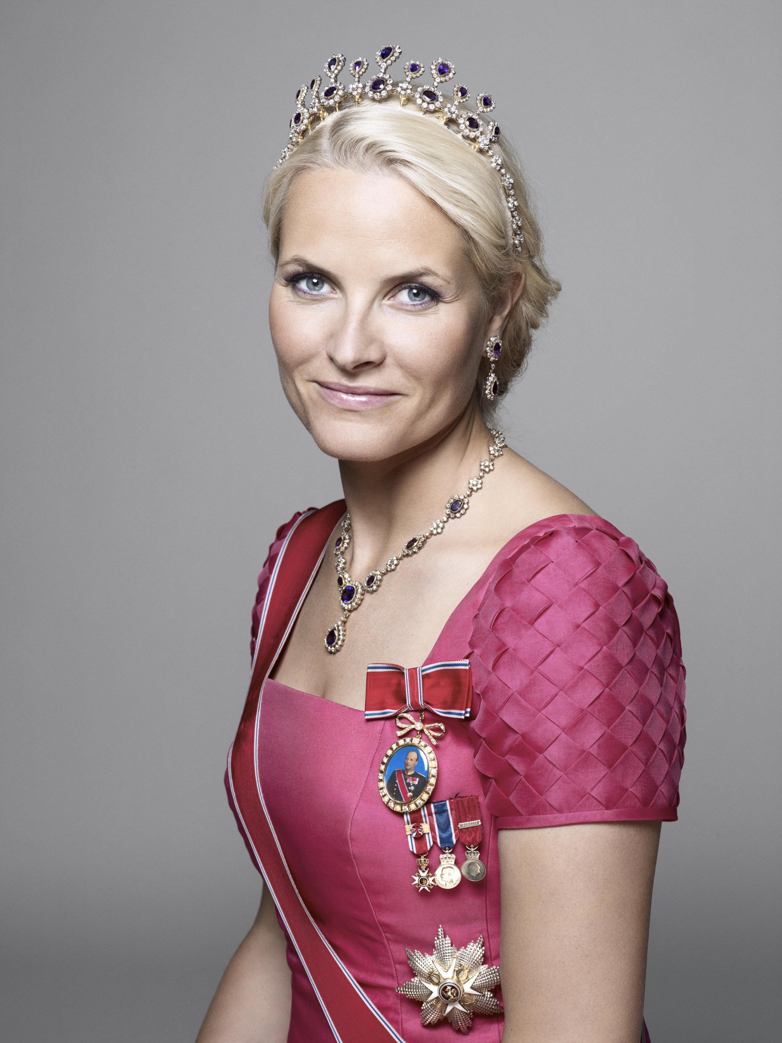Zu der Tiara von Mette-Marit gehören auch eine Kette und ein Paar Ohrringe.  Foto: Sølve Sundsbø, The Royal Court