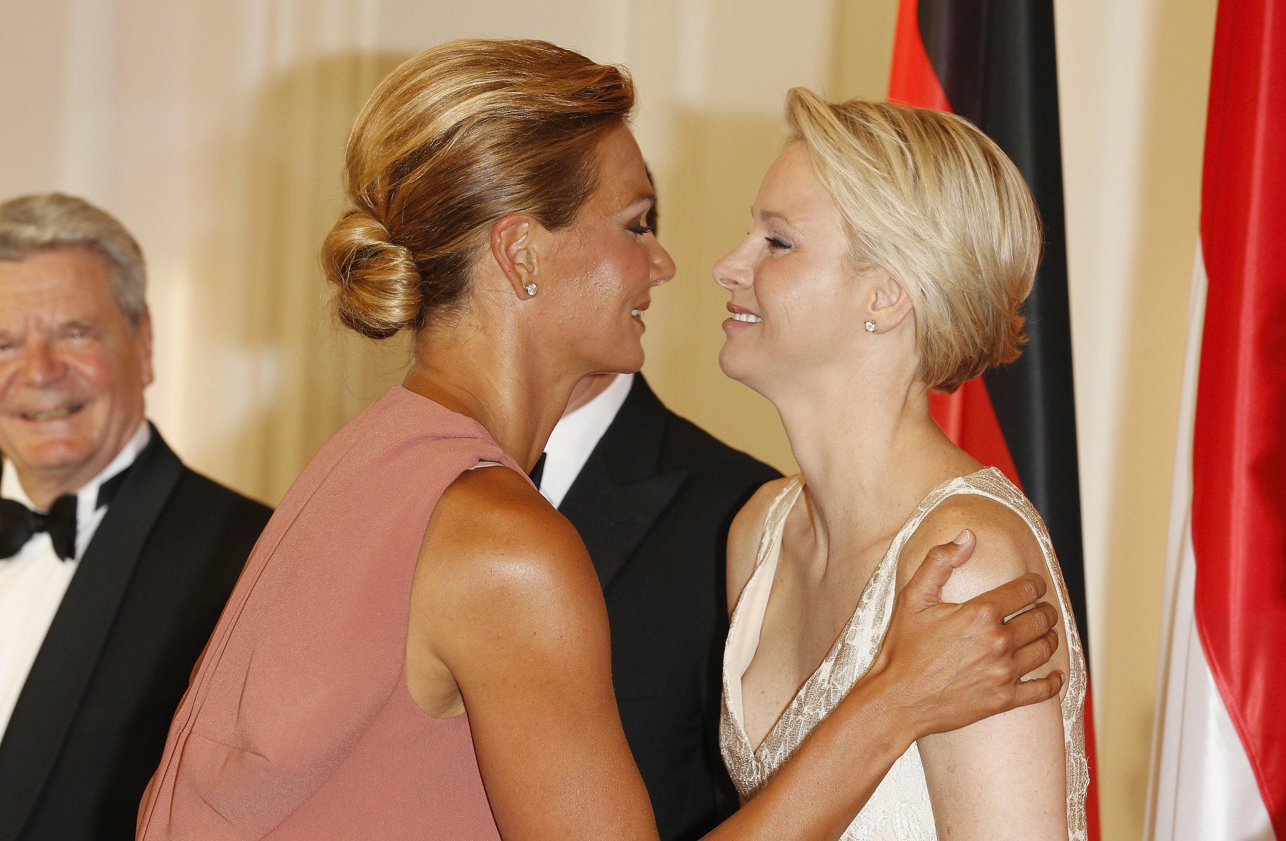Franziska van Almsick begrüßt ihre Freundin bei einem Treffen im Jahr 2012   Foto: Getty Images
