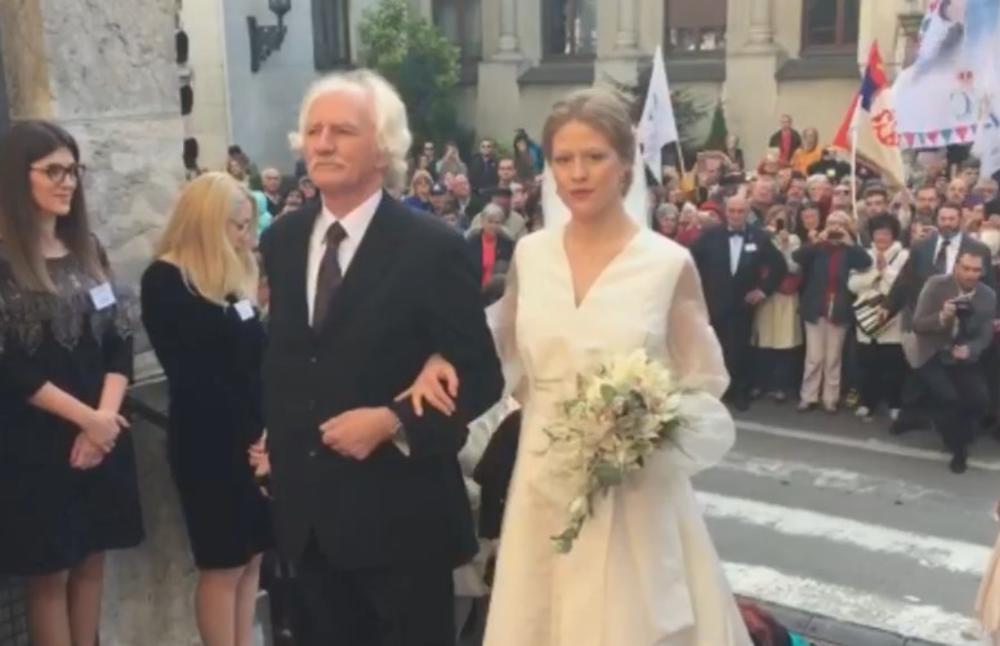 Danica Marinkovi? wird von ihrem Vater dem berühmten Künstler Cile Marinkovi? zum Altar geführt   Foto: Screenshot, Live-Übertragung