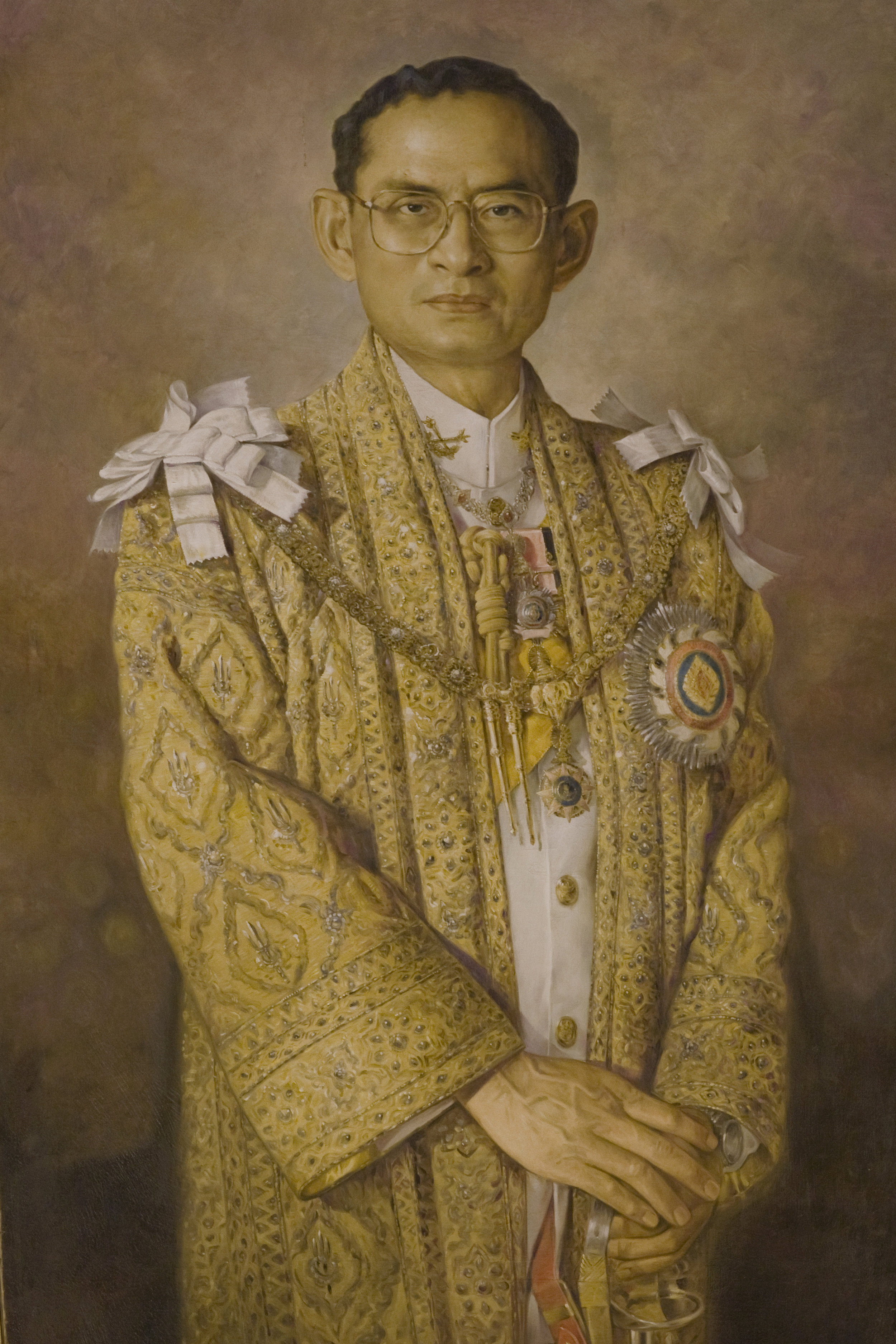 Ein Gemälde vom verstorbenen König Bhumibol   Foto: Government of Thailand - ,  CC BY 2.0