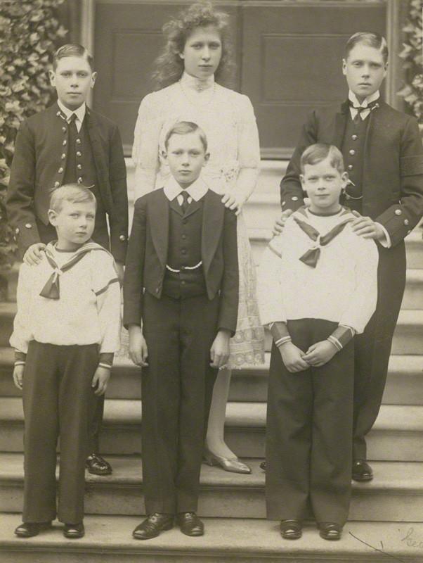 1910: Prinz John (vorne links) mit seinen fünf Geschwistern. Hinter ihm steht sein Bruder, der spätere König George VI., Vater von Queen Elizabeth.  Foto:  National Portrait Gallery, London,   Gemeinfrei
