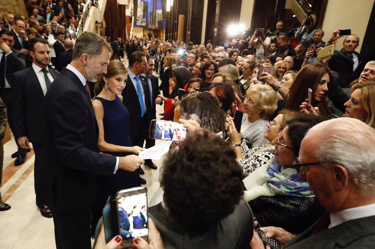Das Königspaar sucht den Kontakt zum Volk und hört sich seine Sorgen an   Foto:Casa de S.M. el Rey