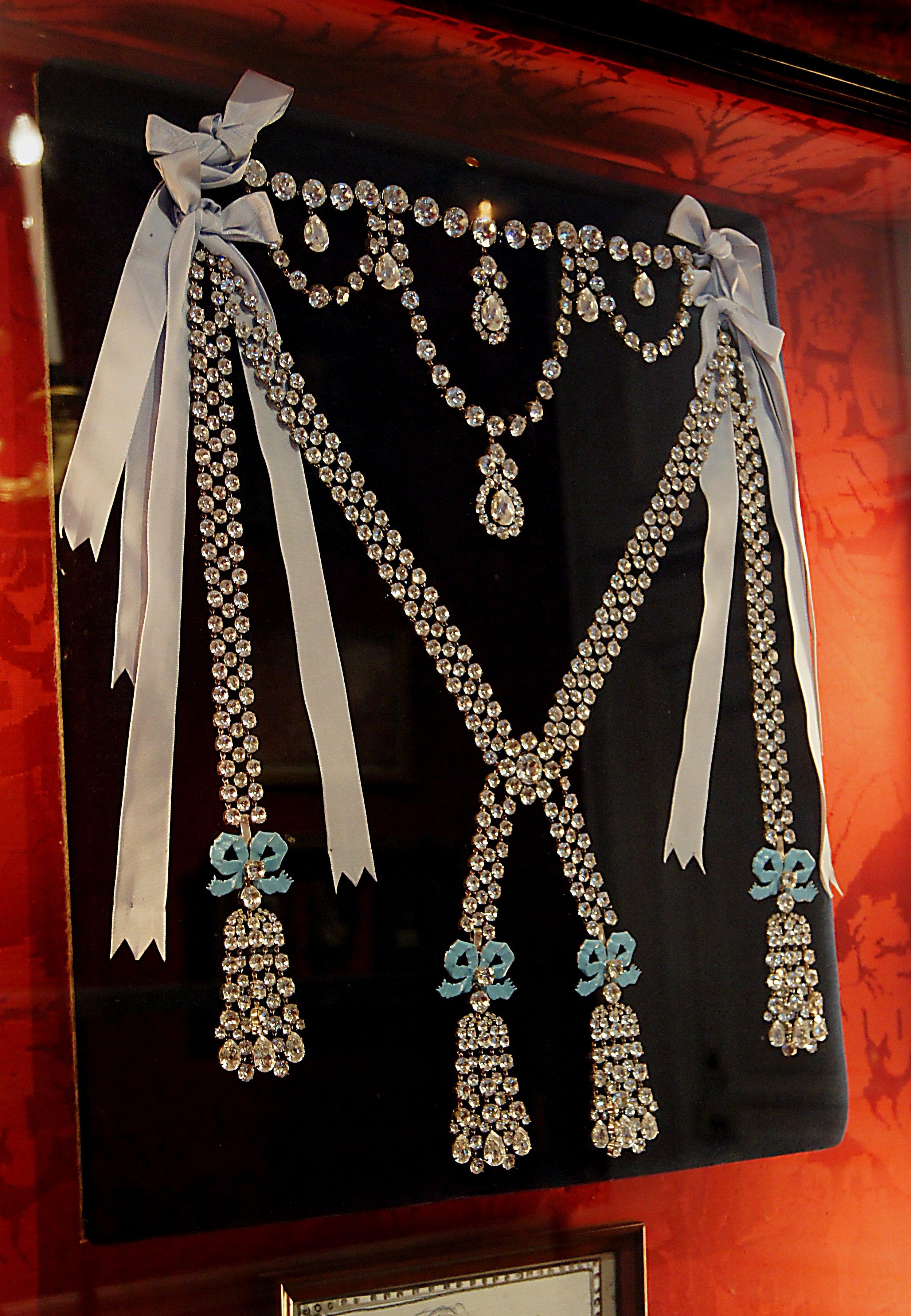 """Eine Kopie des berühmten Colliers,das die """"Halsbandaffäre"""" auslöste   Foto: Gemeinfrei"""