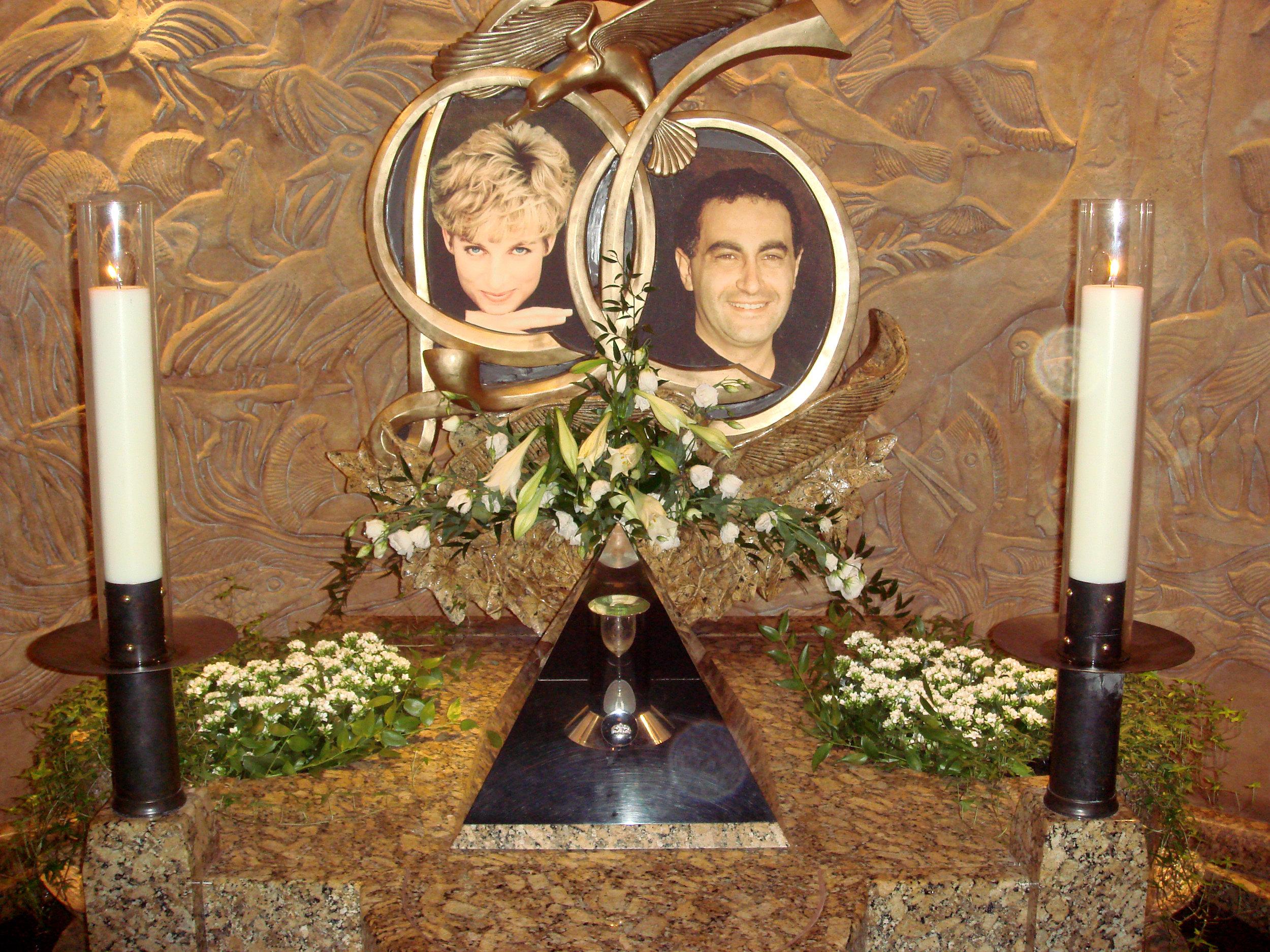 Im Londoner Kaufhaus Harrods hatte Mohammed al-Fayed diese Erinnerungsstätte für seinen Sohn und Diana errichten lassen. Sie wurde kürzlich entfernt. Foto: Bobak Ha'Eri , CC BY 2.5
