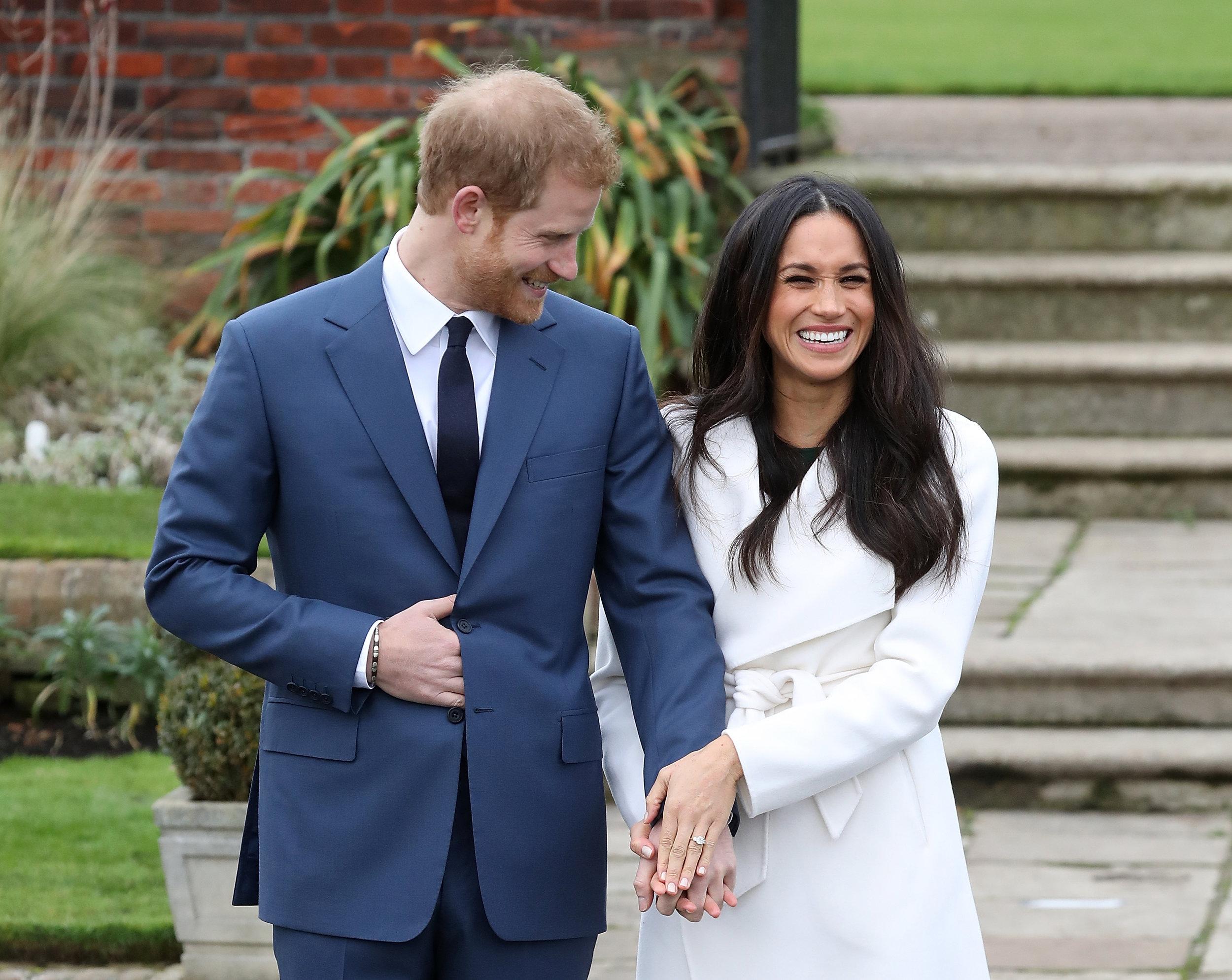 Freudestrahlend hält Meghan ihren Verlobungsring in die Kameras   Foto: Getty Images
