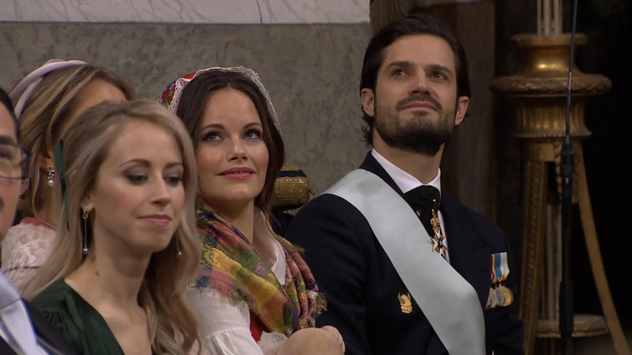 Prinzessin Sofia überraschte alle mit ihrem Outfit. Sie trug eine traditionelle Tracht und Kopfbedeckung   Foto: Screenshot Live-Übertragung