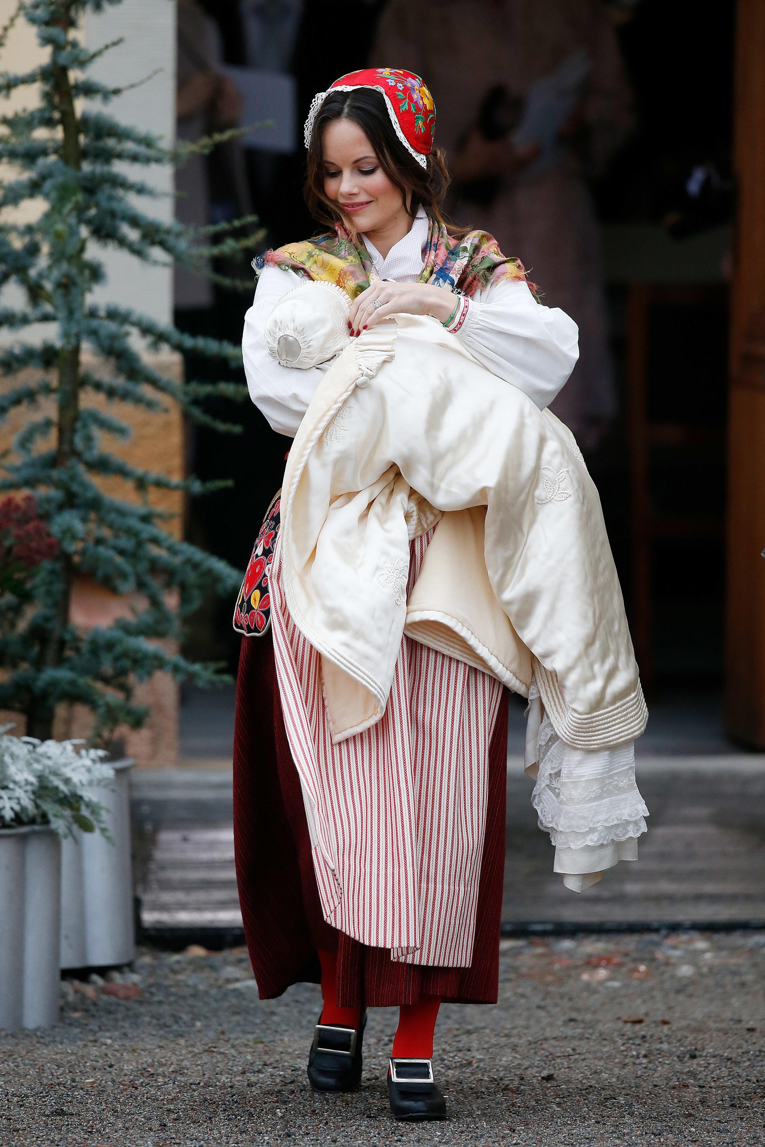 Prinzessin Sofia erstaunt alle:Noch nie trug ein schwedischer Royal zur Taufe eine Tracht   Foto: Getty Images