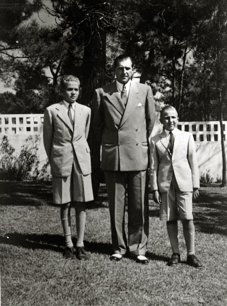 1950: Don Juan de Borbón mit seinen Söhnen Juan Carlos (li.) und Alfonso (r.)   Foto: Paco Marí , CC BY-SA 3.0