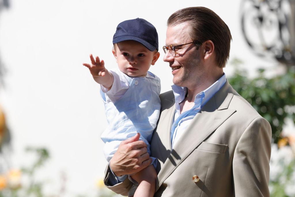 Neben seiner Rolle als Prinzgemahl ist Prinz Daniel von Schweden auch ein liebevoller Vater. Das Foto zeigt ihn mit Sohn Oscar. Foto: Getty Images