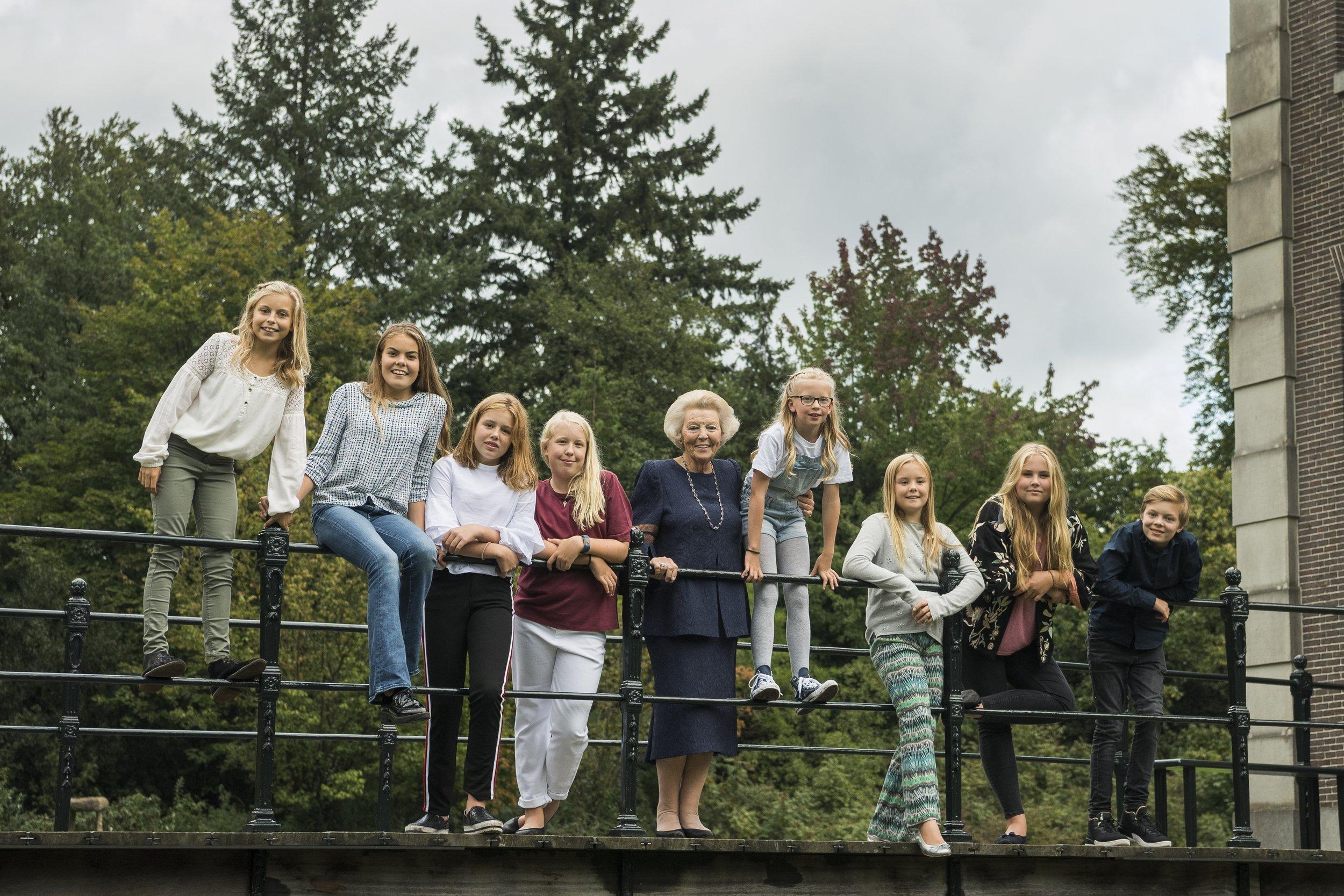 Sieben Mädchen und nur ein Junge – Prinzessin Beatrix mit ihren Enkelkindern.    Fotos:RVD, Jeroen van der Meyd
