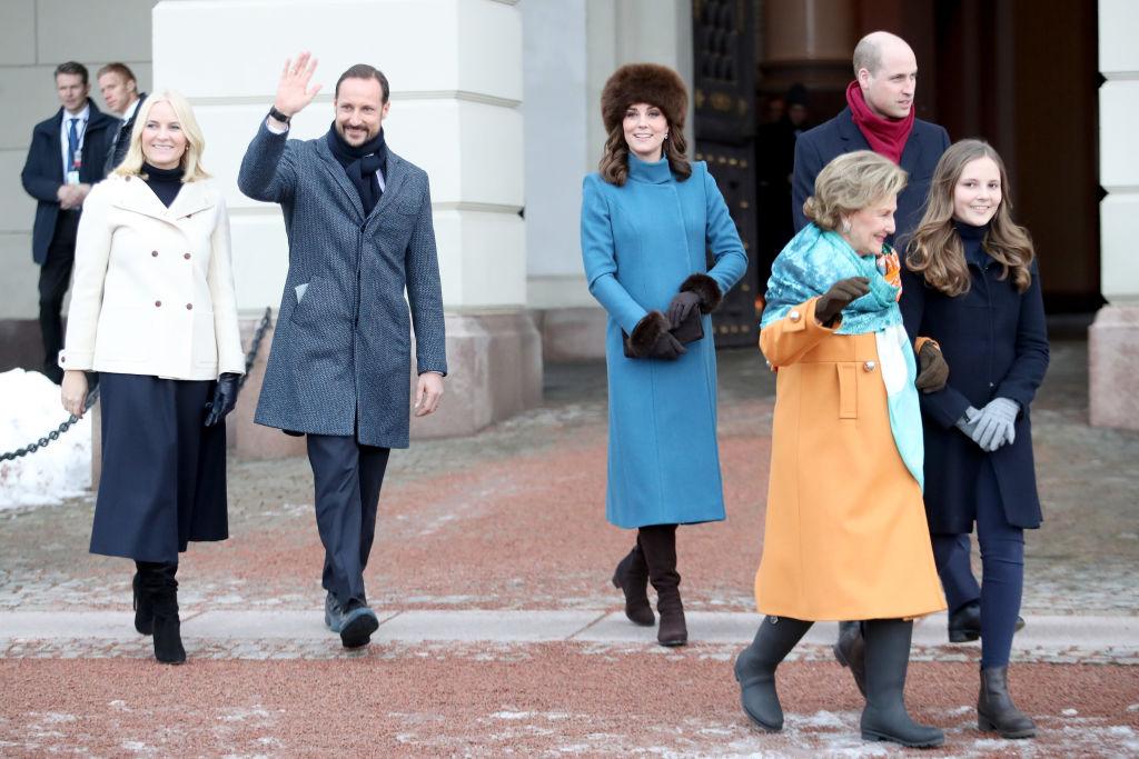 Prinzessin Ingrid Alexandra, am Arm von Königin Sonja,führt den royalen Besuch zu ihrem Skulpturgarten.    Foto: Getty Images