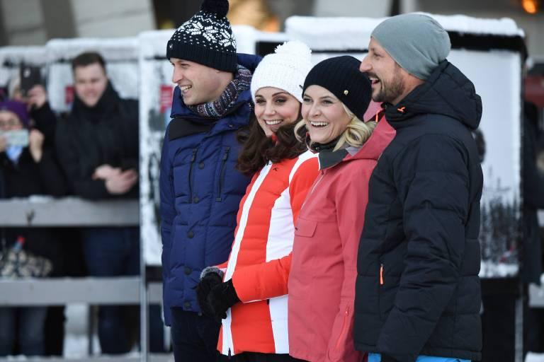 In dicken Winterklamotten besuchten Prinz William und Herzogin Kate mit ihren norwegischen Gastgebern eine Skisprungschanze.    Foto:imago/i Images
