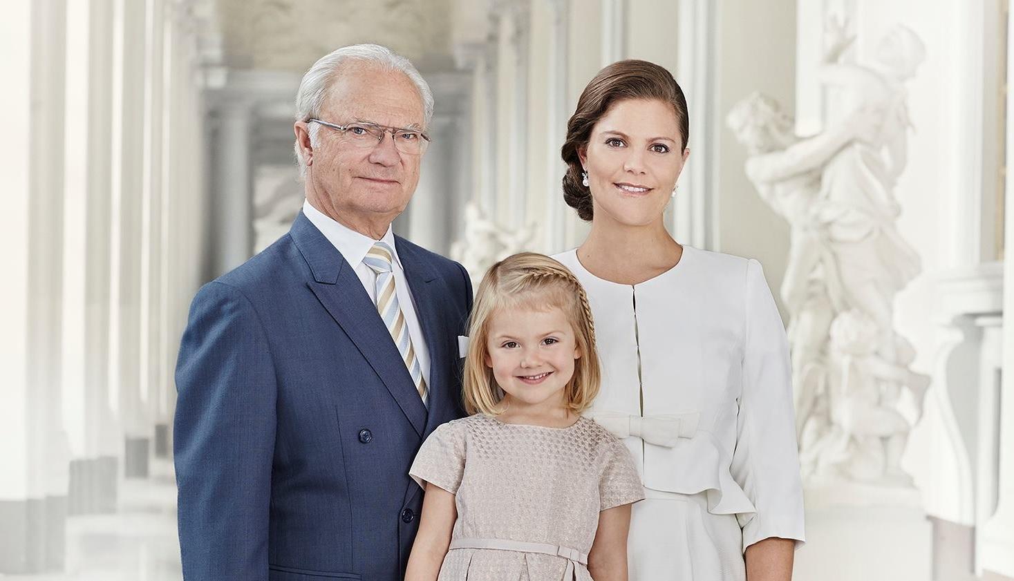 Im Vergleich der beiden Bilder sieht man deutlich, wie groß Prinzessin Estelle schon geworden ist.    Foto: Kungahuset.se