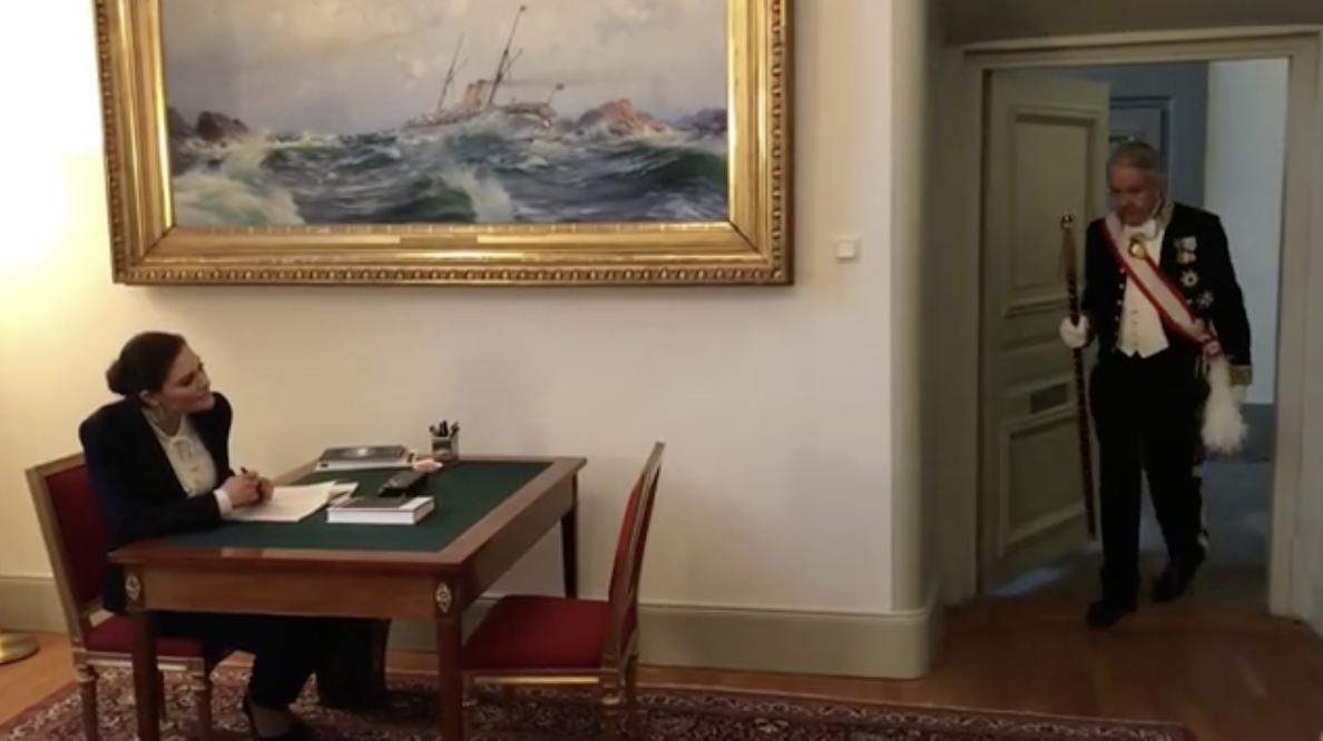 """Kronprinzessin Victoria sitzt oft stundenlang am Schreibtisch. Die Pausen nutzt sie für Bewegung.    Foto: Screenshot """"Generation Pep"""""""