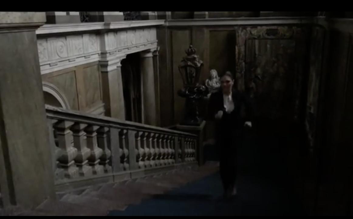 """Victoria rennt in High Heels die Palasttreppen hinauf.    Foto: Screenshot """"Generation Pep"""""""