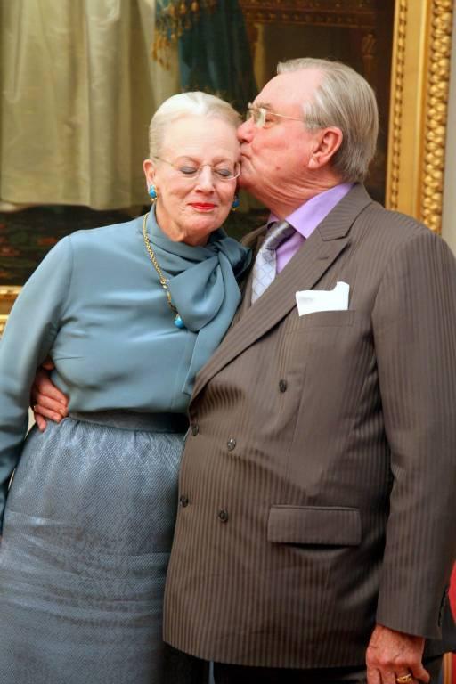 Zärtlich küsst Henrik seine Frau Margrethe bei der Feier ihres 40. Thronjubiläums.    Foto:imago/PPE