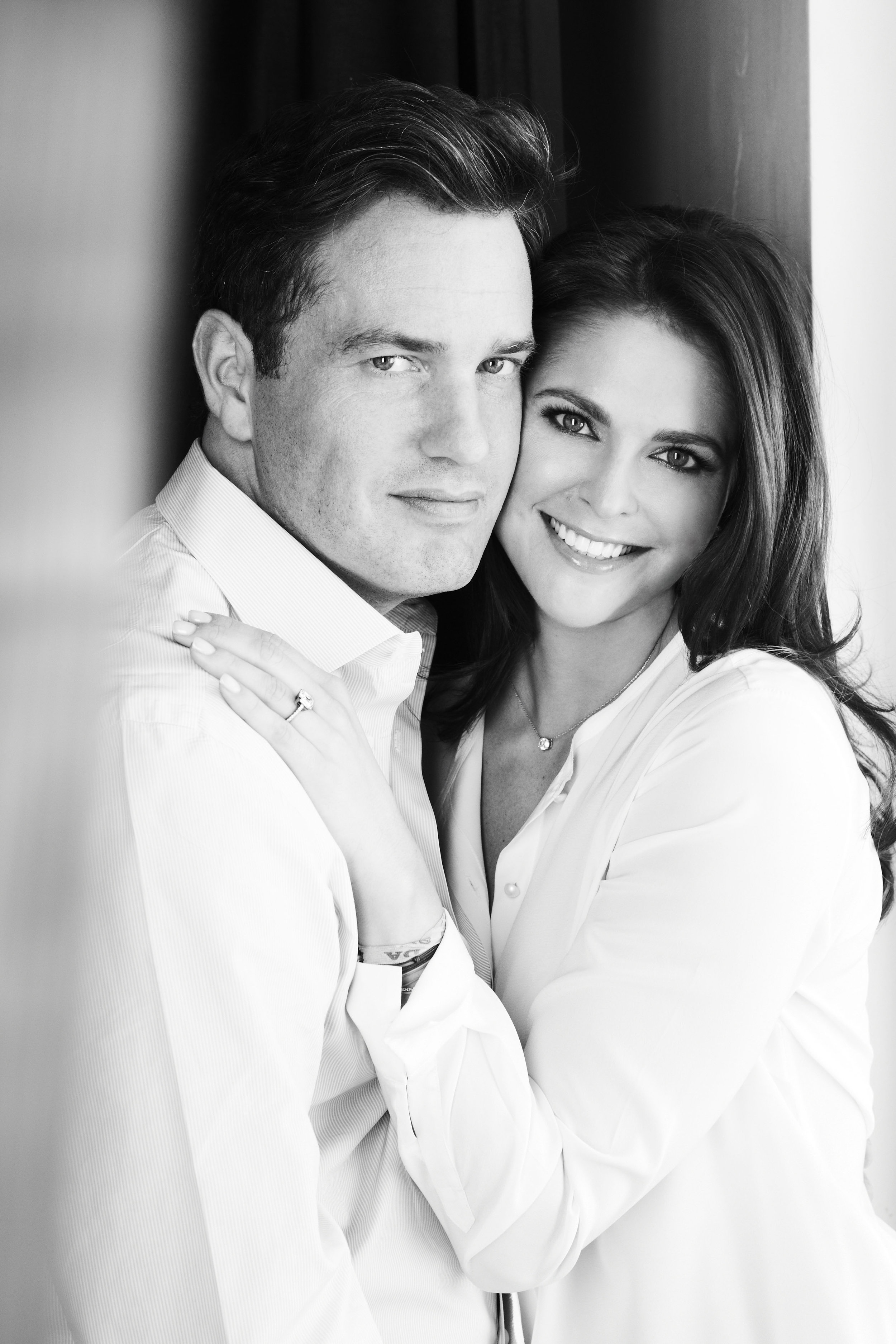 Chris O'Neill und Prinzessin Madeleine posieren für Verlobungsfotos vor der Kamera von Patrick Demarchelier.    Foto:Kungl. Hovstaterna, Patrick Demarchelier