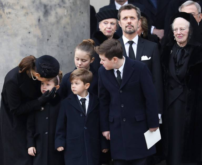 Die dänische Königsfamilie trauert. Kronprinzessin Mary muss Töchterchen Josephine trösten.    Foto:imago/PPE