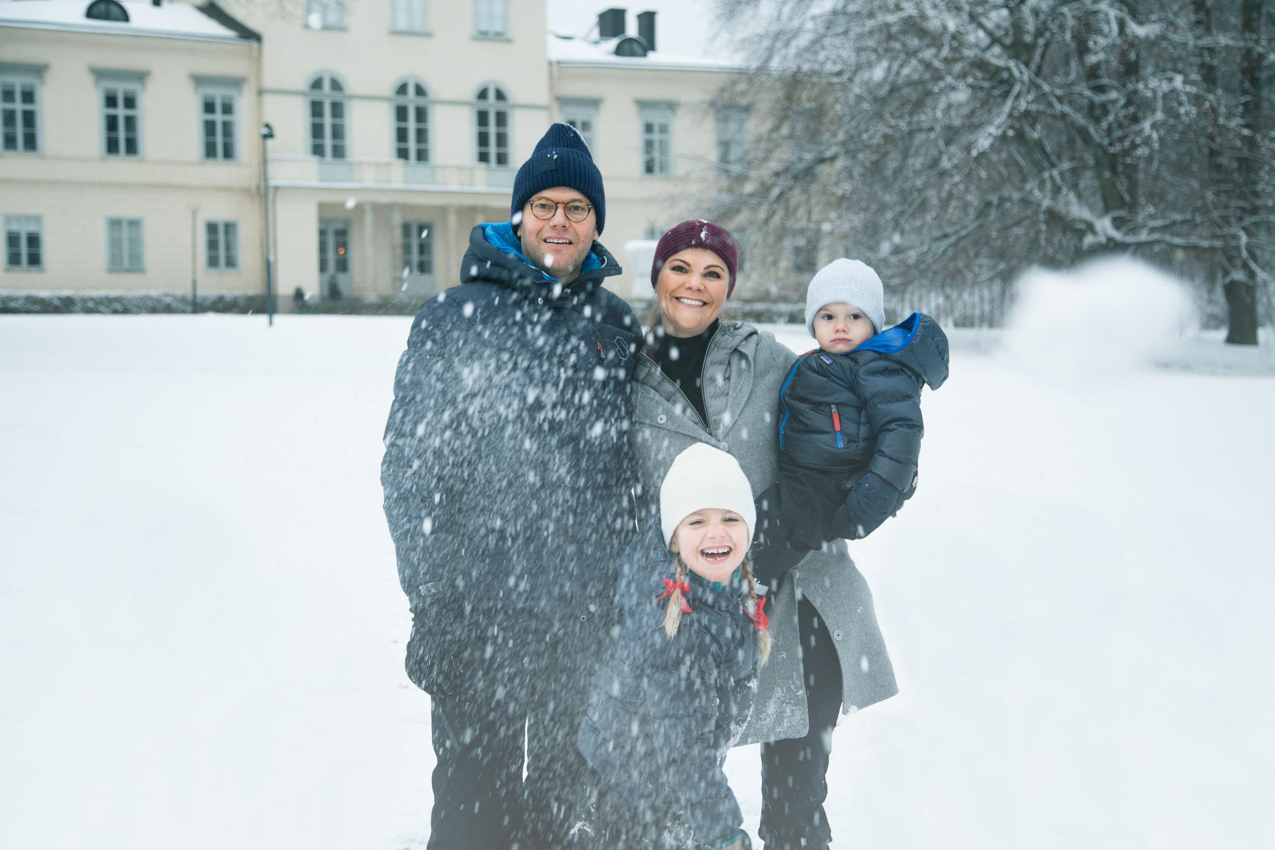 Kronprinzessin Victoria, Prinz Daniel und die Kinder Estelle und Oscar haben Spaß im Schnee.    Foto: Raphael Stecksén, Kungahuset.se
