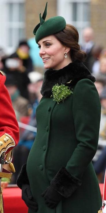 Herzogin Kate zeigt stolz ihren Babybauch.    Foto: imago/Starface