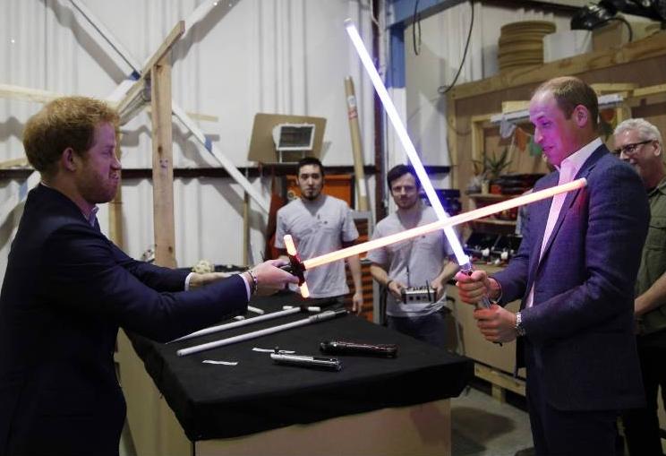 Prinz Harry und Prinz William sind große Fans von Star Wars. Im Studio duellierten sich die Brüder mit Lichtschwertern.    Foto: imago/i Images
