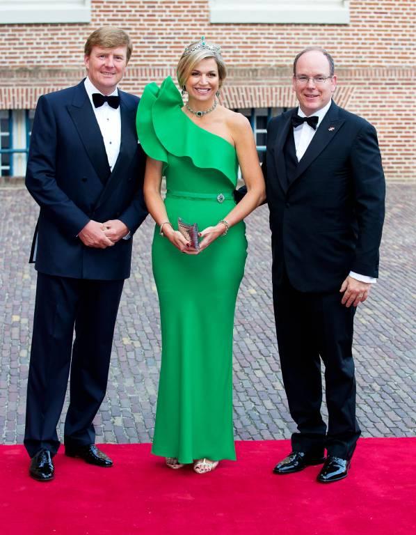 Königin Maxima und König Willem-Alexander sowie Fürst Albert bei der Ankunft für das Gala-Dinner im Palast Het Loo im Jahr 2014. Das Kleid stammt von Lavin.  Foto: imago/PPE