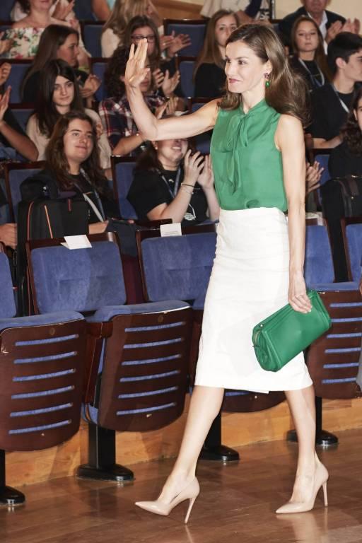 Königin Letizia trägt eine grüne Bluse von Hugo Boss.  Foto: imago/PPE