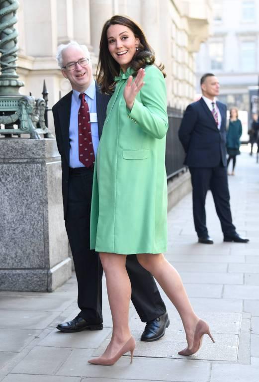Wie viele ihrer Outfits stammt auch der Mantel und das passende Kleid von ihrer Lieblingsdesignerin Jenny Packham.  Foto:imago/PA Images