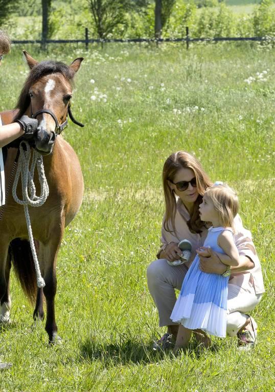 Im Sommer vor zwei Jahren traute sich Leonore erst gar nicht an ihr Pony Heidi heran. Doch Mama Madeleine redete ihrem Töchterchen gut zu.   Foto:imago/PPE