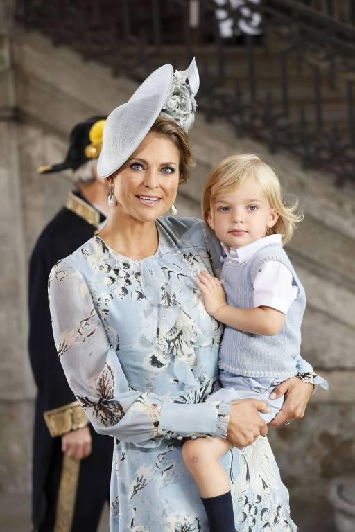 Prinzessin Madeleine zeigt Fotos von Prinz Nicolas auf dem Pony.   Foto:imago/E-PRESS PHOTO.com