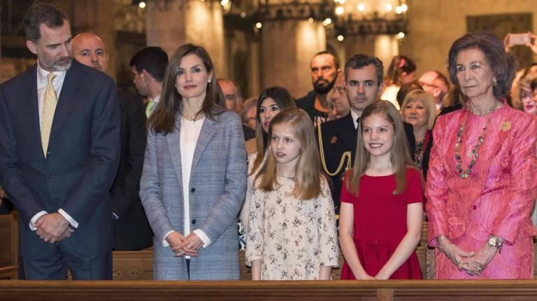Das spanische Königspaar mit seinen Töchtern bei der Ostermesse.   Foto: imago/ZUMA Press