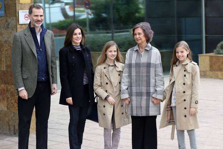 Ex-Königin Sofia hält ihre Enkelinnen Leonor und Sofia (r.) an den Händen   Foto:imago/CordonPress