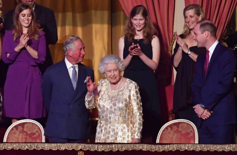Die Gäste applaudieren Elizabeth, als sie den Konzertsaal betritt.   Foto:imago/i Images
