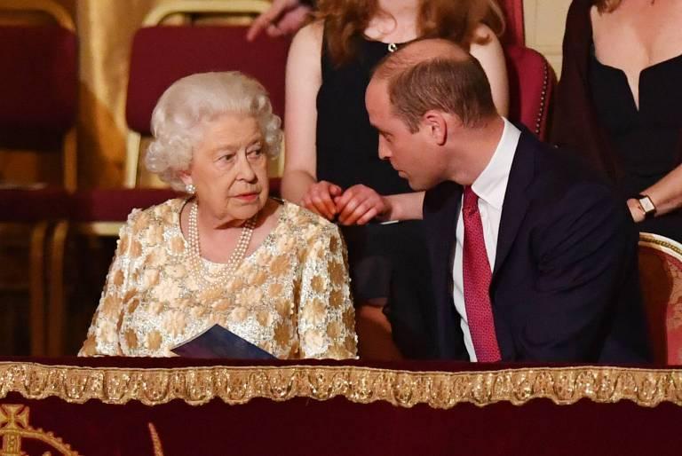 Prinz William gibt für seine Oma den Tischherren.   Foto:imago/i Images