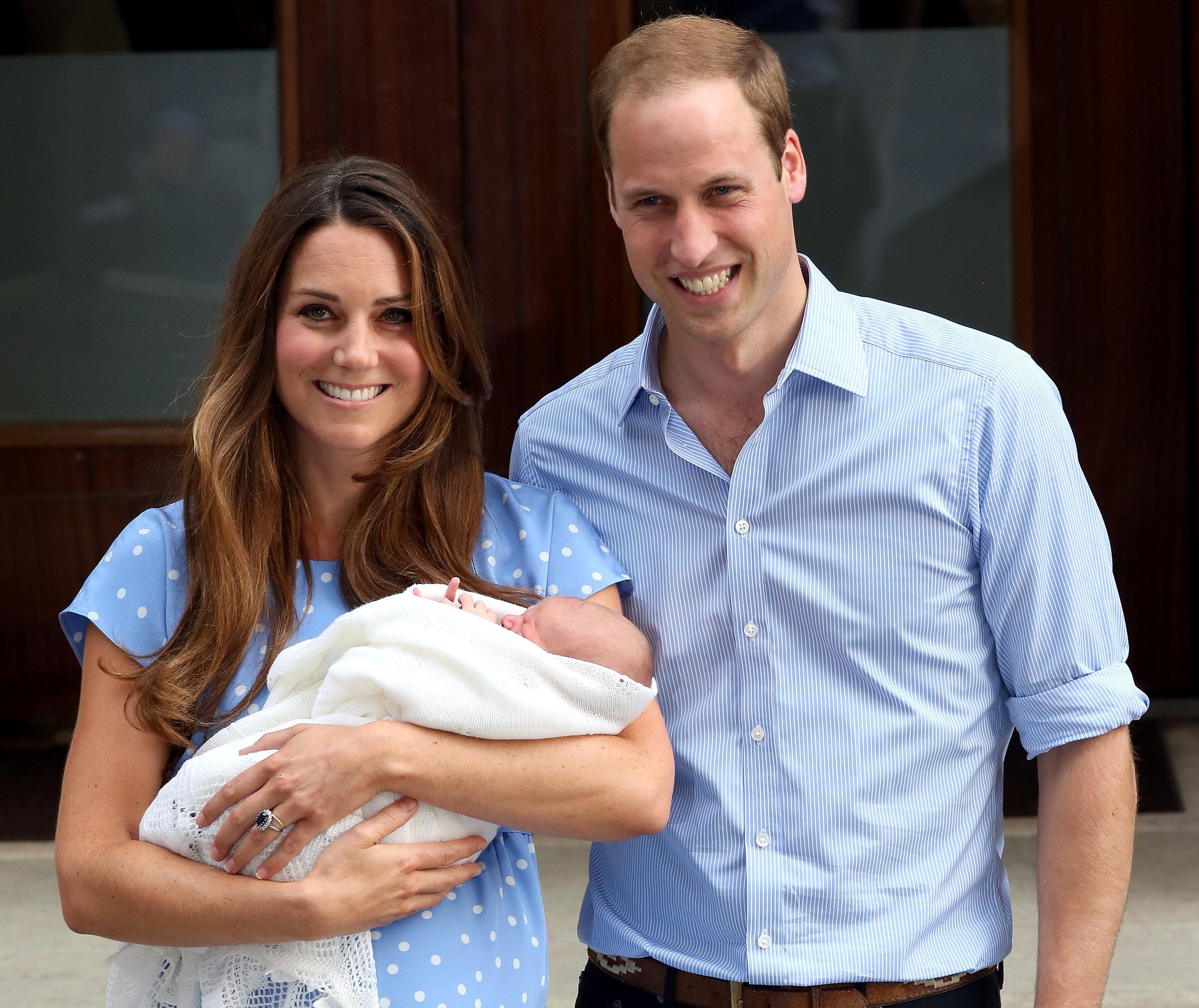 Herzogin Kate und Prinz William verlassen die Klinik mit Baby George.   Foto. Getty Images