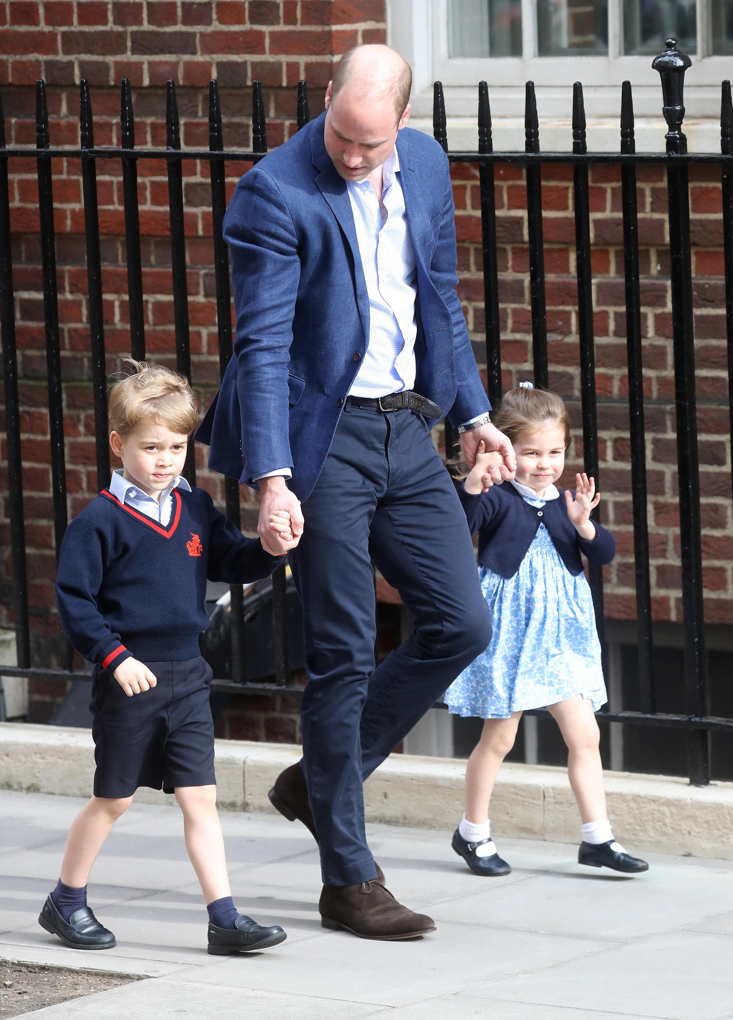 George war auf dem Weg ins Krankenhaus, um seinen kleinen Bruder abzuholen, ganz schüchtern. Charlotte dagegen grüßte die wartenden Menschen.  Foto: Getty Images