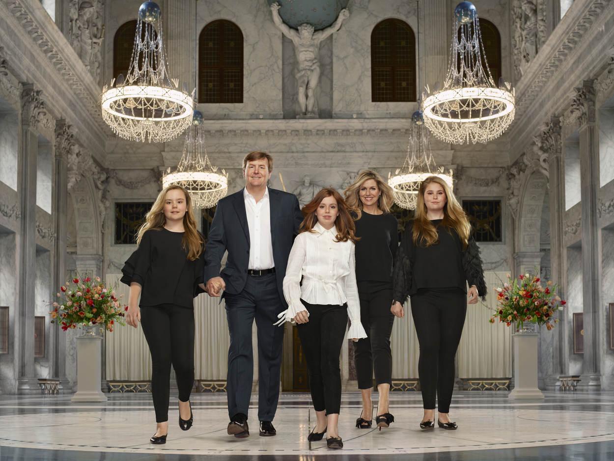 Dynamisch: Statt Fotos im Sitzen zu machen, spaziert die niederländische Königsfamilie durch den königlichen Palast von Amsterdam.  Foto:RVD - Erwin Olaf