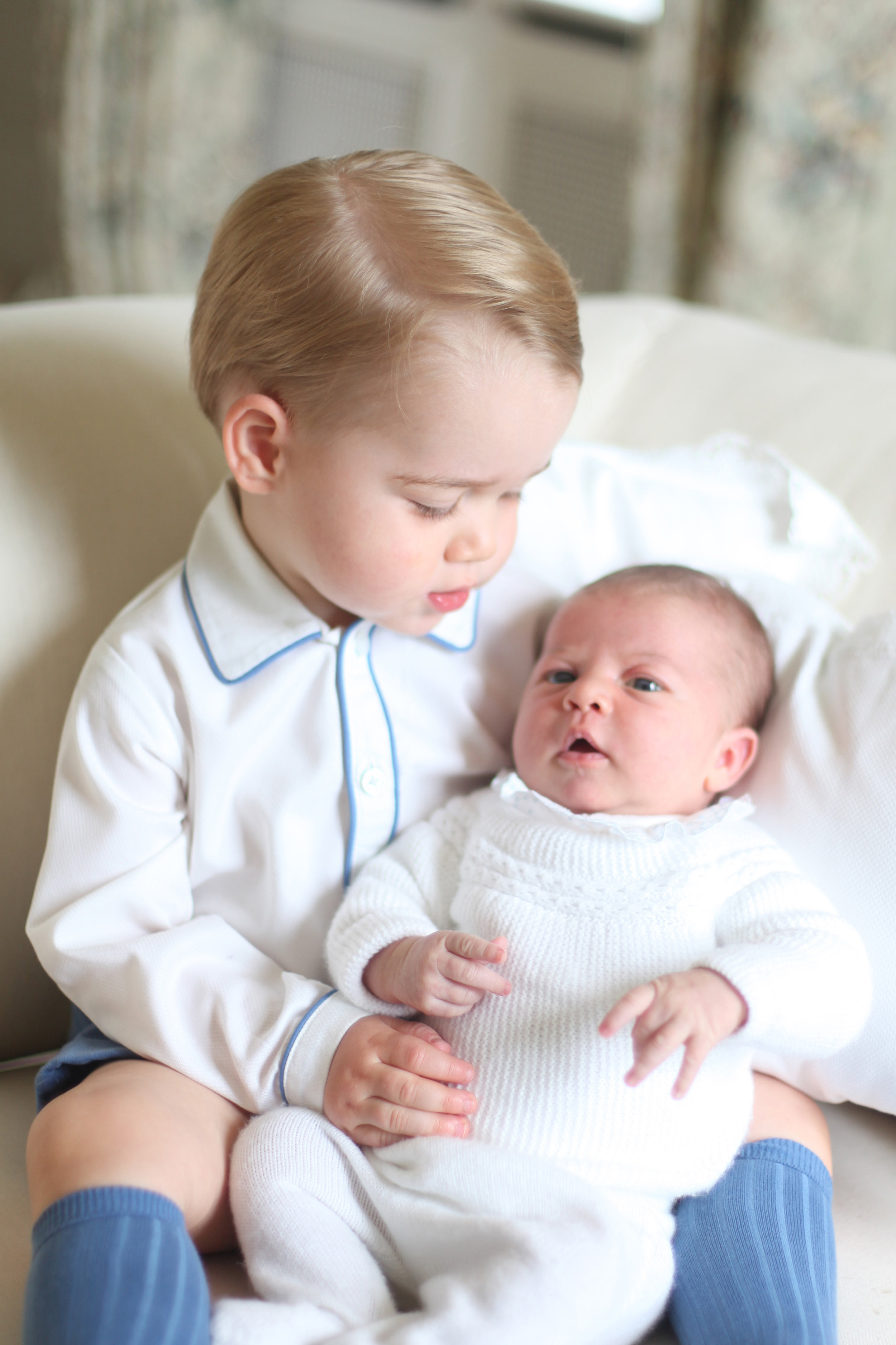 Charlotte war etwas über fünf Wochen alt, als sie ihr erstes Fotoshooting mit Prinz George hatte.  ©HRH The Duchess of Cambridge via Getty Images