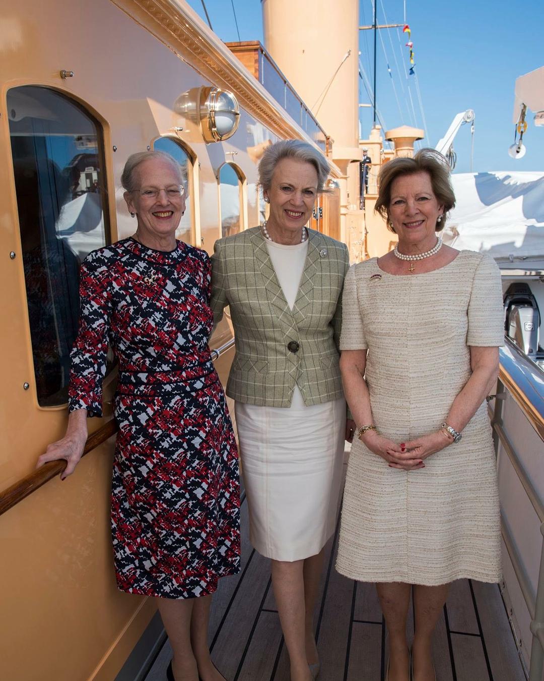 Die 78-jährige Regentin hatte schon immer ein Faible für Farben. In ihrem Kleid sieht sie besonders flott aus. Benedikte und Anne-Marie ziehen offenbar dezente Farben vor.  ©Kongehuset