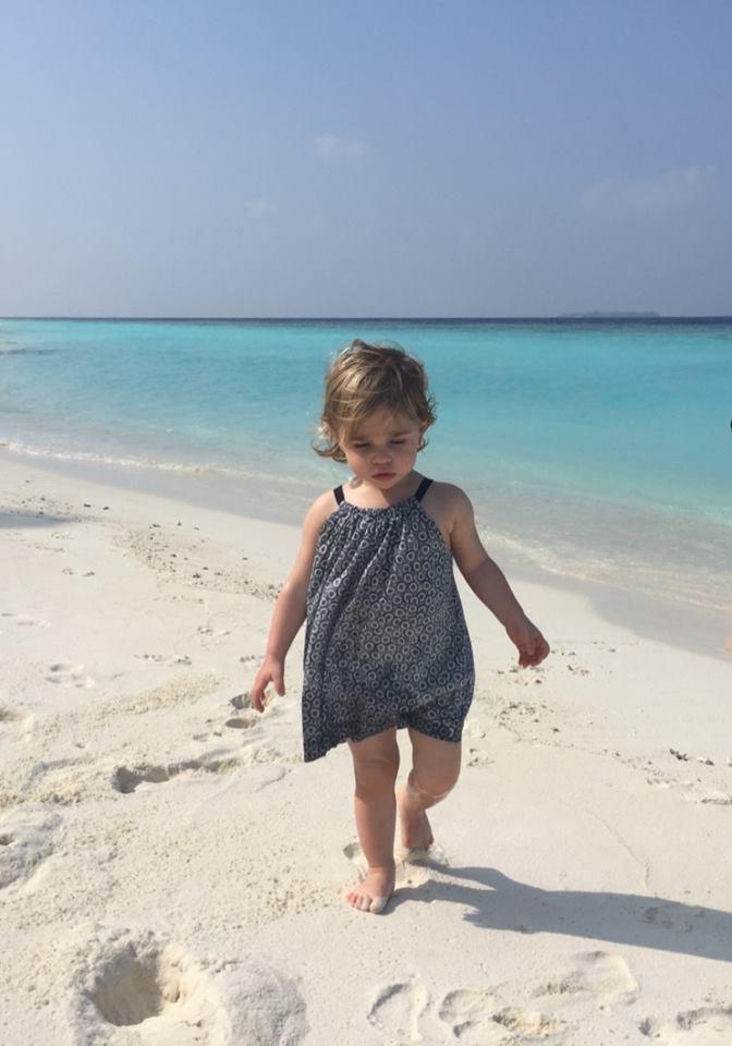 Leonore erkundet den Strand