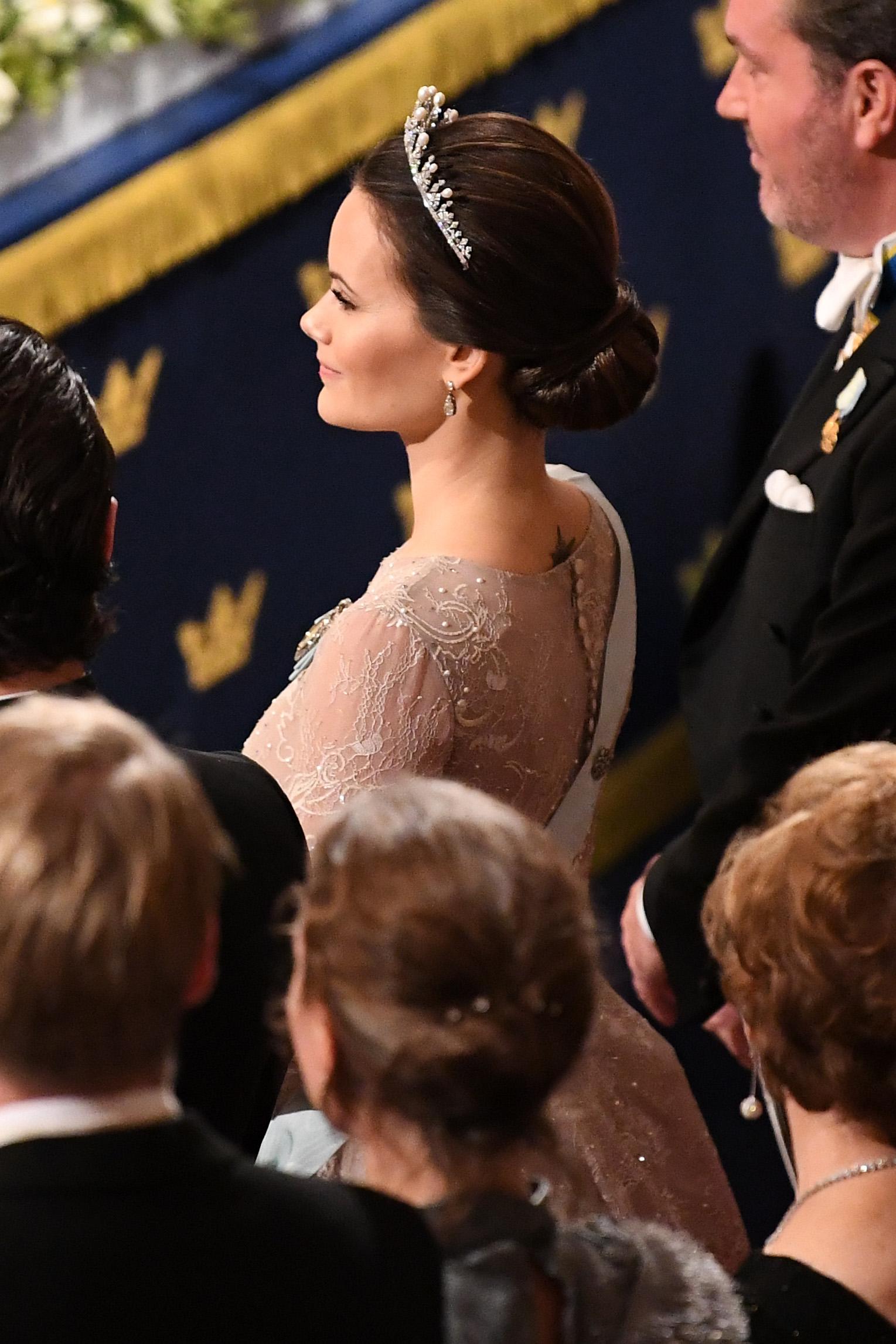 Unter dem Kleid von Prinzessin Sofia von Schweden blitzt ihr Sonnen-Tattoo hervor. Foto: Getty Images