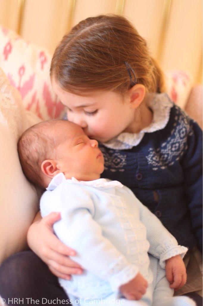 Vorsichtig hält Prinzessin Charlotte ihren kleinen Bruder im Arm und drückt im sanft ein Küsschen auf die Stirn.  Foto: Herzogin Kate