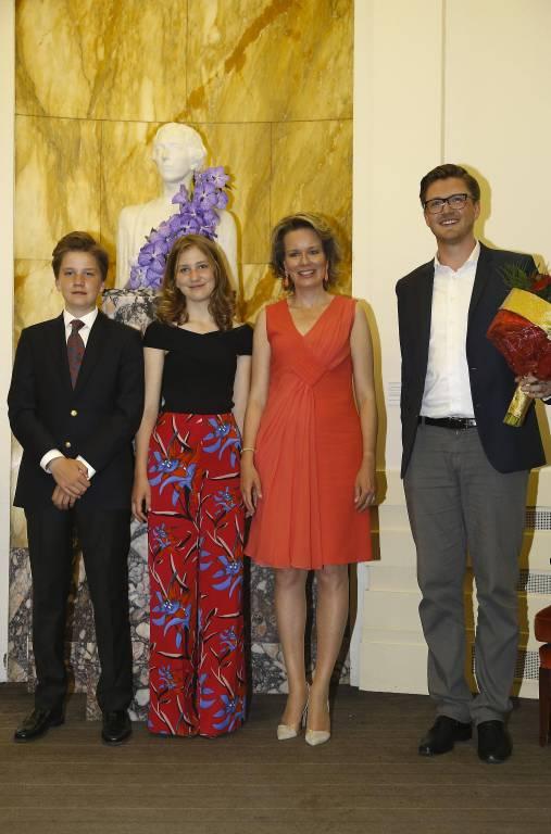 Garbiel, Elisabeth und Mathilde posieren mit dem deutschen Finalisten Samuel Hasselhorn.  ©imago/Belga
