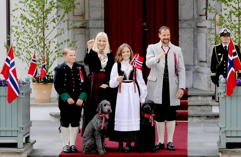 Die norwegische Königsfamilie grüßt die vorbeiziehenden Kinder.  ©imago/PPE