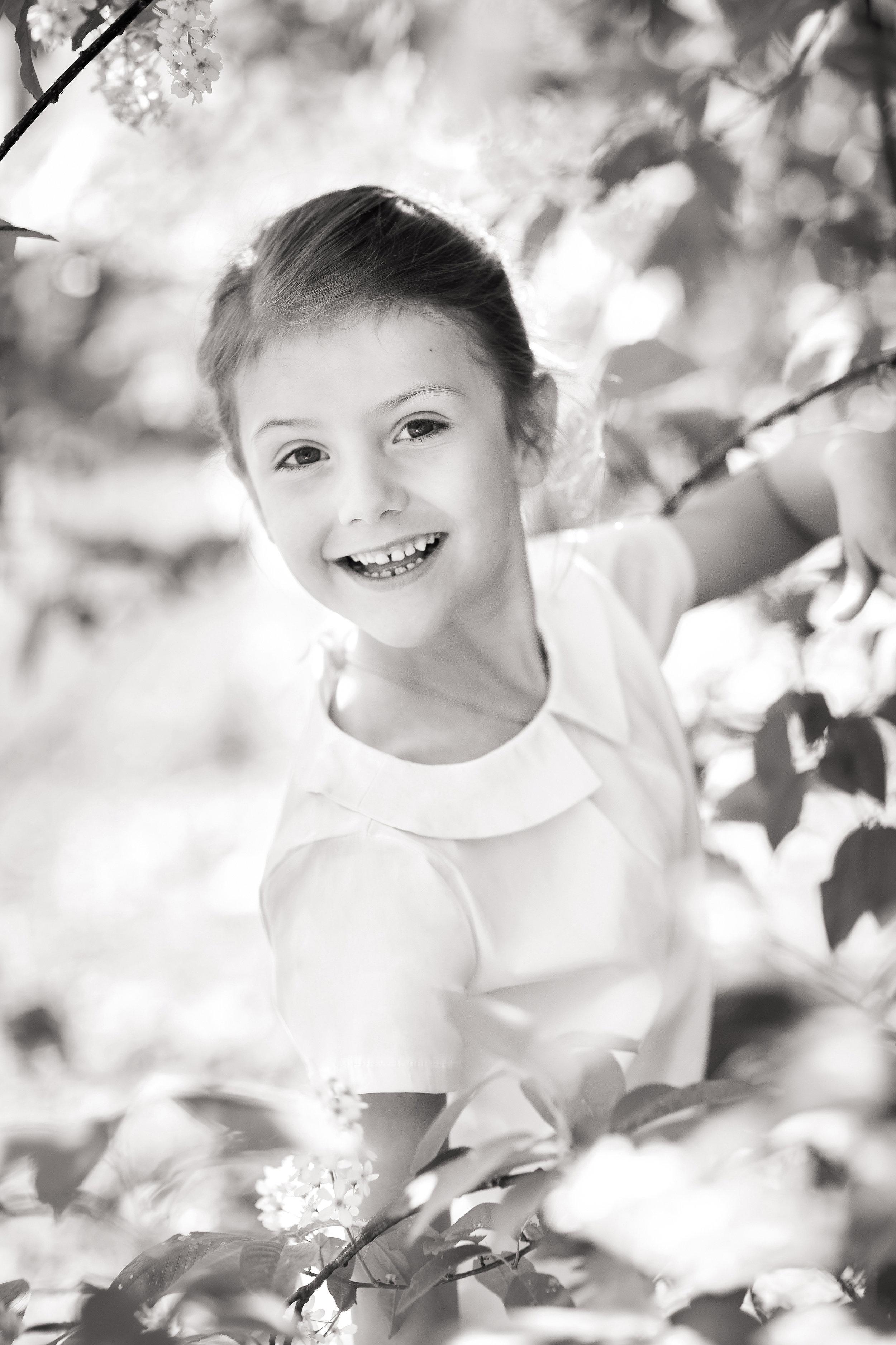 Estelle zeigt ihre süßen Zahnlücken. Schade, dass zwei Fotos in schwarz-weiß veröffentlicht wurden.  ©Linda Broström/Kungahuset.se