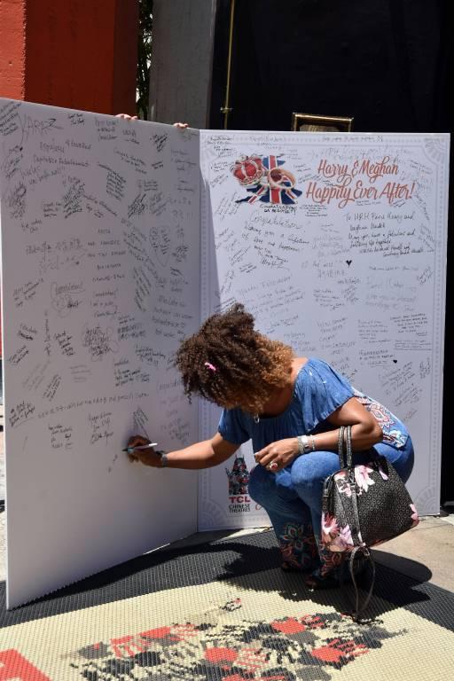 Eine Passantin schreibt Wünsche auf die riesige Karte.  © imago/Agencia EFE
