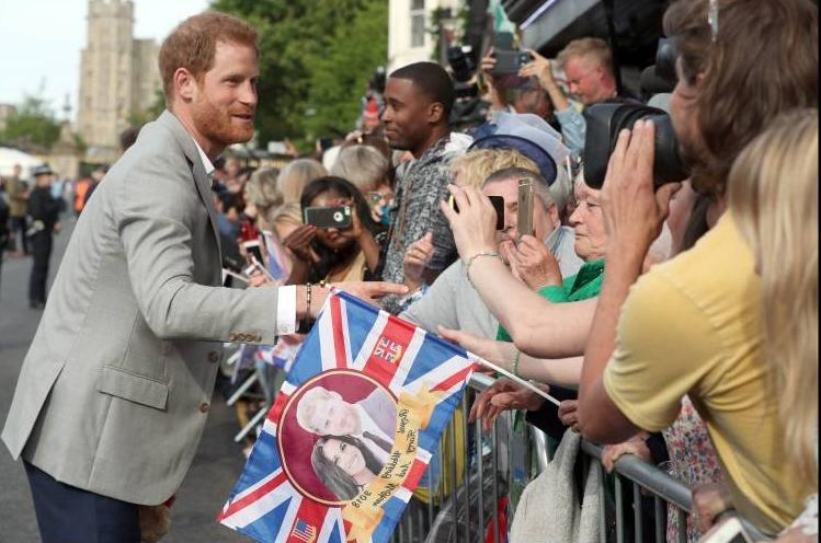 Noch ist er ledig. Harry schüttelt die Hände der Schaulustigen.  ©imago/i Images